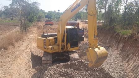 新小松pc130-10mo挖掘机和卡车EP.7956 (1080p)