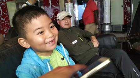 【6岁半】2-13哈哈等待游轮摆渡船下船,玩弹钢琴游戏VID_081142