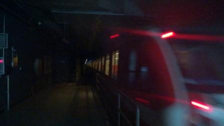 南京地铁二号线(051052)出明故宫站。
