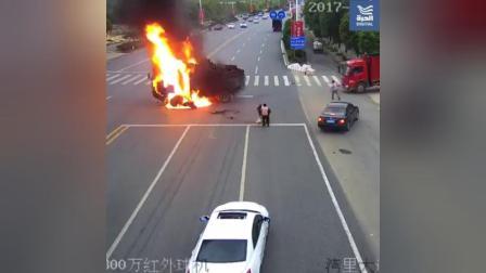 摩托车撞上货车瞬间着火, 路人帮忙救人, 惊险啊
