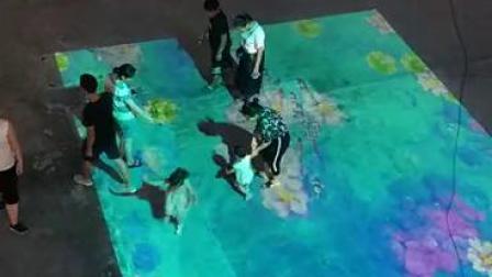 户外投影与地面互动,城市广场也变成了儿童乐园