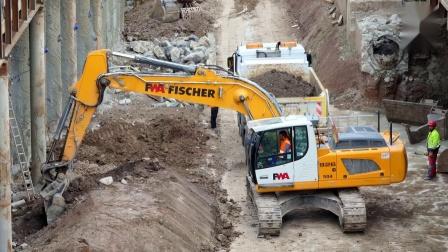利勃海尔R926挖掘机装车