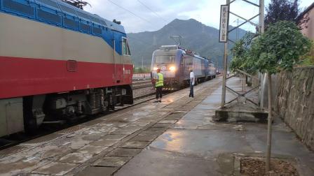 客车6064次秦岭站加挂补机