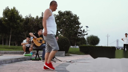 辽宁朝阳大凌河附近的吉他歌手
