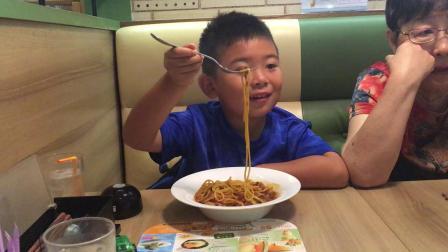 【7岁】6-29哈哈日本游,在东京Denny's餐厅 吃意大利面IMG_0600