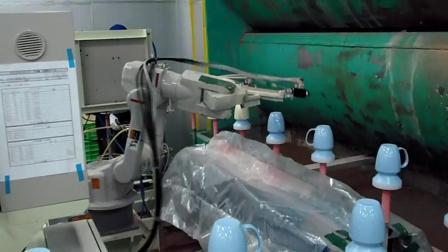 安川机器人同步喷涂生产视频