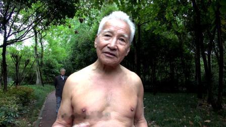 成都肌肉爷爷裸练 72岁高龄单腿一字马