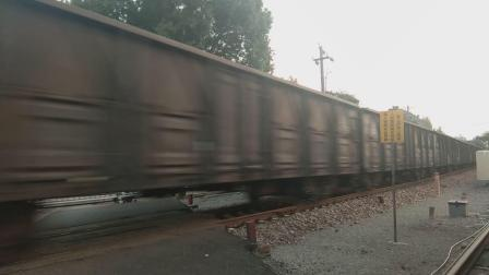 ND5牵引货列通过中和桥道口
