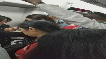 中国人乘地铁永远都不会谦让,哪怕是你带着小孩