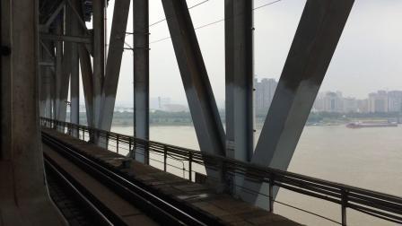6025次(麻城—九江)通过九江长江大桥