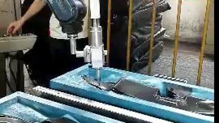 汽车坐垫激光切割配合机械手