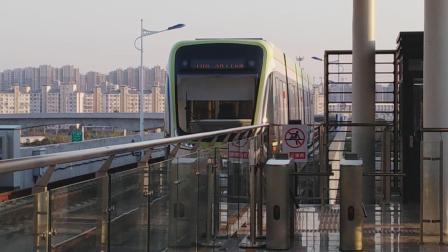 南京麒麟有轨电车绿色车出马群站。