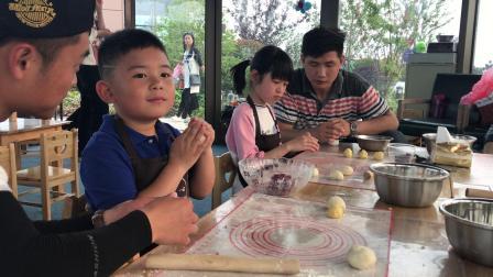 【快7岁】4-11哈哈烘焙DIY玫瑰花饼制作完成,准备进烤箱IMG_7189