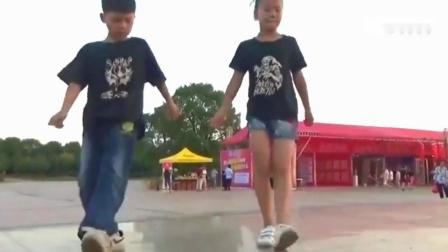 未来广场舞界就由他们俩领衔了!俩小孩的鬼步舞跳的太帅了!