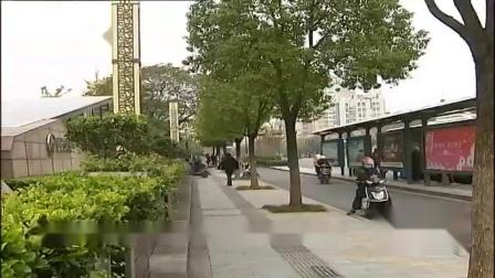 接下来去萧山看看市心路,这是萧山交通的主动脉,但是如果仔细看看,电瓶车三轮车自行车都在路边乱停乱放,萧山城管现在是要好好整治这个现象了。