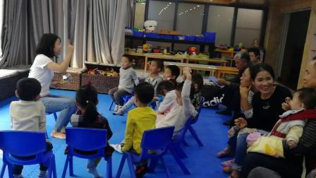 芒果老师给快乐多小朋友讲绘猫和老鼠的故事