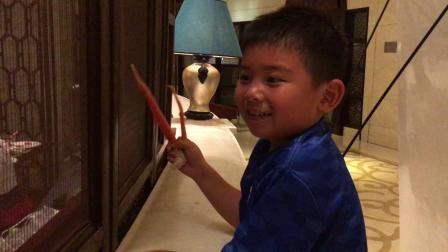 【7岁】5-19哈哈过生日,拿着帝王蟹脚在酒店里吃饭IMG_0300
