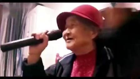一位老妈妈演唱(月儿像柠檬)