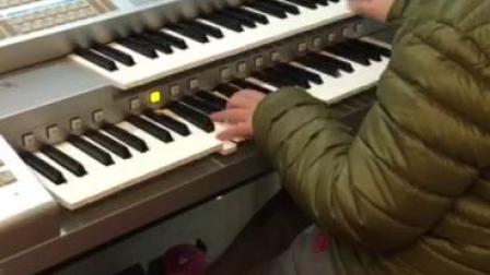 双排键电子琴演奏《铁血丹心》:飞飞
