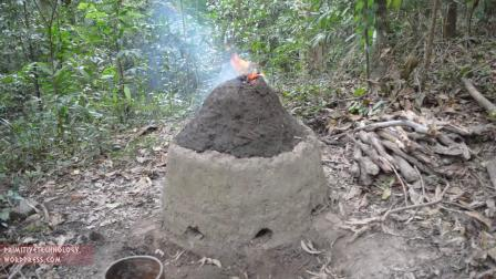 【怪咖搞笑】野外求生达人制作带烟囱的井式炼铁炉