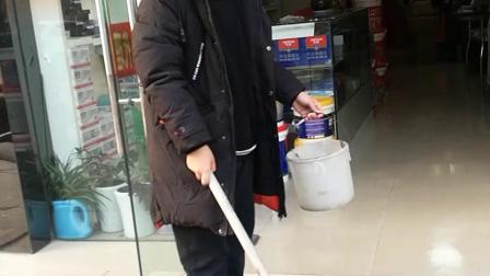 11岁9个月  康辉元旦开店门自觉打扫卫生