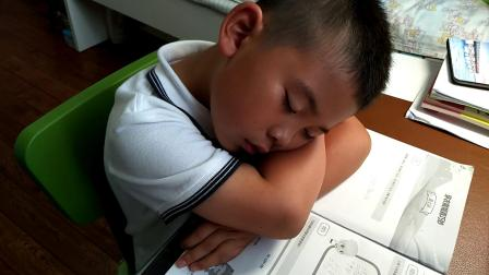 【7岁】6-7哈哈在家学习累了,趴在桌子上睡着了video_160336
