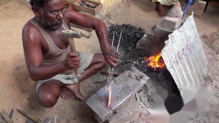 印度铁匠打制镰刀