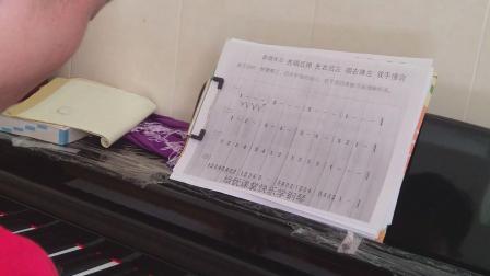 学习弹钢琴