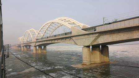 DF4D牵引列车通过哈尔滨新松花江大桥