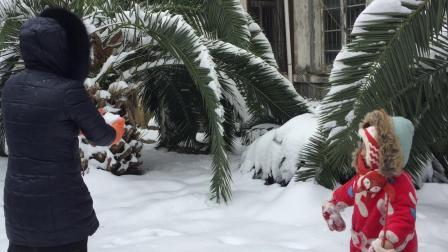 在雪地里追逐