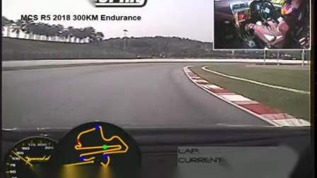 快速和漂亮的女孩赛车手在马来西亚赛道的排位赛最快圈速