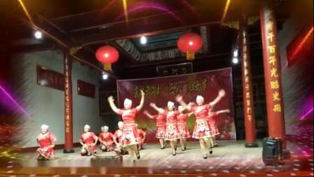遂川卜村芳芳舞蹈队十二人队形舞《幺妹家住十三寨》编舞:清舞