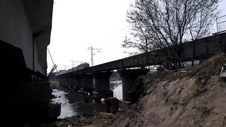 Z105次(济南——乌鲁木齐)加速通过陇海线渭河下行铁桥