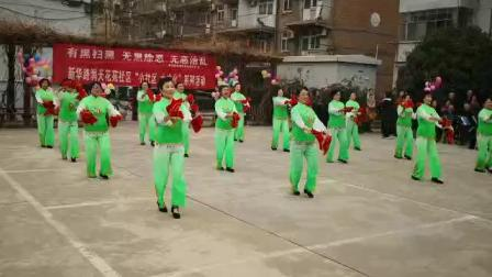 天蓝蓝健身队表演的《红红的中国年》