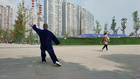 传统杨氐太极拳115式之动作110转身摆莲脚。动作111开弓射虎势。动作112卸步搬拦捶。