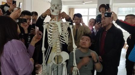 正骨培训班讲解颈椎关节定位方法(闽医堂课间拍摄)