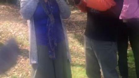 大宁公园遇萨友客窜一曲陶笛。