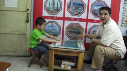 张家来问北京儿童 为何学国际军棋