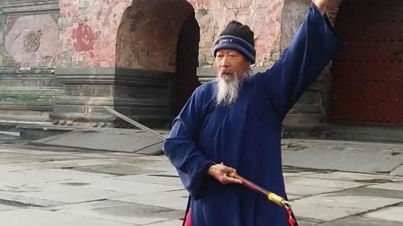 80多岁的武当道人再现秘传剑法,飘逸灵动,老当益壮