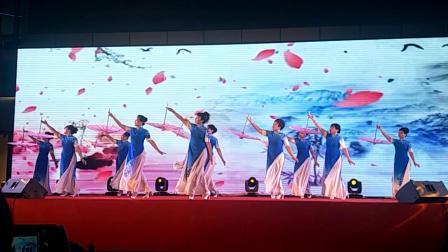 金色山联旗袍秀美女们走进东港文艺中心,小香港表演圆满成功!😊😊👍👍👍。