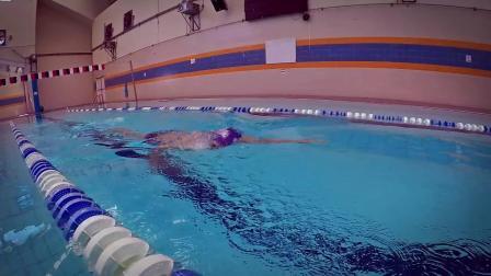 F-如何游出平稳流畅的自由泳呢?让我们来学习如何游出轻松优雅的爬泳。