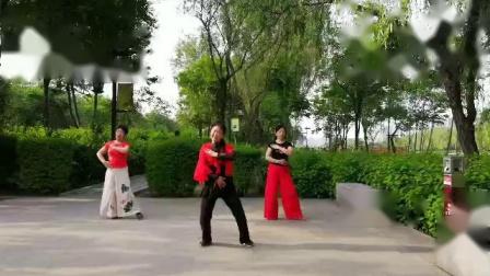 姐妹仨学跳《山水情歌》