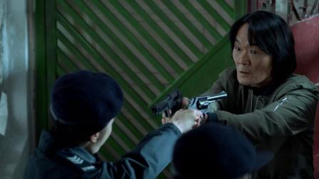 《机动部队》国语 14 军佬用枪劫持戴富豪及其女儿出门,同警方拔枪对峙