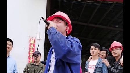 工地小哥翻唱《万爱千恩》农民工真的不容易,远离家乡远离父母