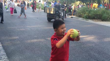 【7岁】10-1哈哈跟哥哥一起玩柚子传递游戏IMG_0936.MOV
