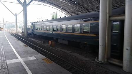 通勤列车(南京西——南京东)出南京站。