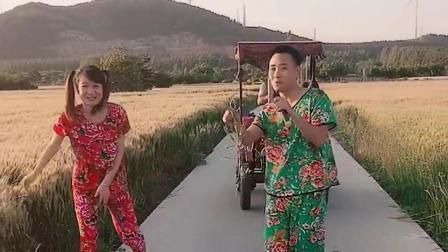 夫妻俩合唱《三十出头》,朴实的歌声,悦耳好听