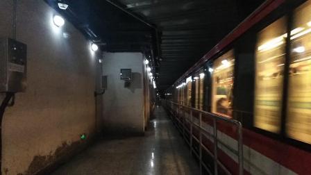 南京地铁二号线(069070)出新街口站。