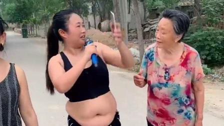 农村胖妹子唱情歌,大姐一直在拍她肚皮,搞笑