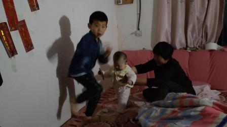 兄妹俩跳舞